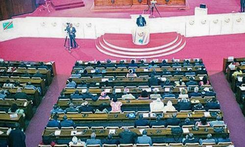 Didace Pembe à la tribune du Parlement
